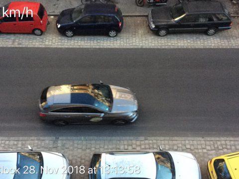 AUto in der Friedelstraße wird mit 64km/h gemessen