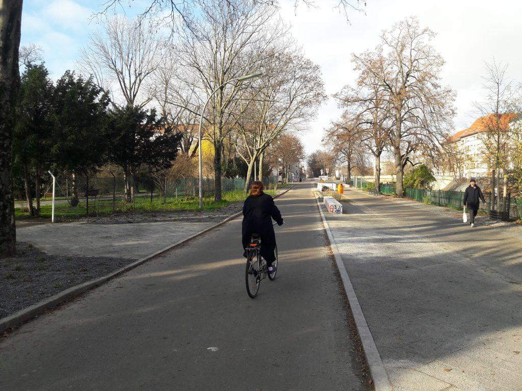 Radfahrerin auf der Fahrradstraße Weigandufer
