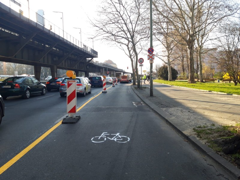 Pop-Up-Bikelanes am Halleschen Ufer ©Senuvk