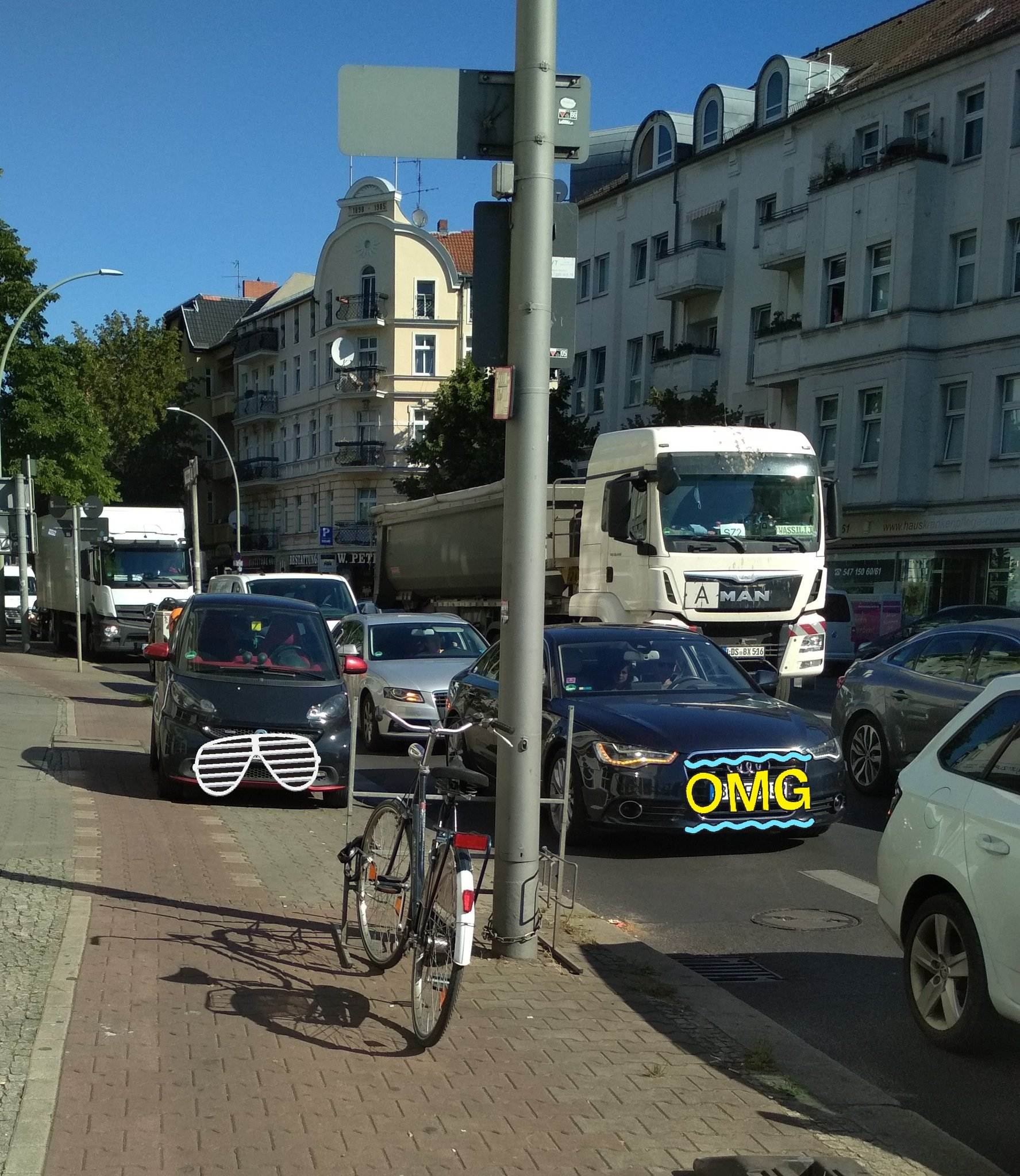 Dichter KFZ-Verkehr auf der Hermannstraße in Neukölln